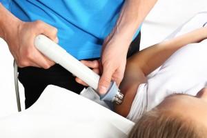 Rehabilitacja, ultradwiki.Lekarz rehabilitant wykonuje zabieg na nodze pacjenta